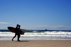 Personas que practica surf en la oscuridad Imágenes de archivo libres de regalías