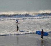 Personas que practica surf en la playa de Kuta Fotos de archivo libres de regalías