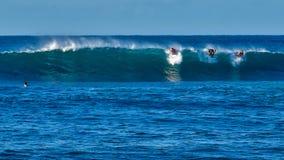 Personas que practica surf en la playa de Tubos foto de archivo libre de regalías
