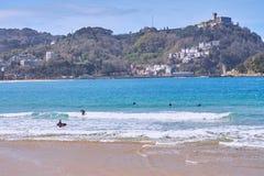 Personas que practica surf en la playa del ¡n de Concha de San Sebastià País vasco españa imagen de archivo