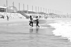 Personas que practica surf en la playa, Valencia, España Imagenes de archivo