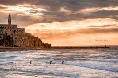 Personas que practica surf en la puesta del sol - Jaffa viejo, Israel - mediterránea Fotografía de archivo libre de regalías