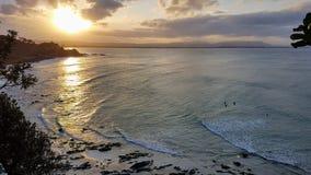 Personas que practica surf que esperan la onda pasada Imágenes de archivo libres de regalías