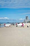 Personas que practica surf jovenes en la playa en el paraíso de las personas que practica surf Fotos de archivo libres de regalías