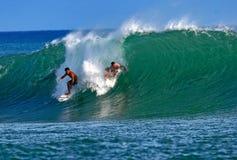 Personas que practica surf Kala Alexander y Makua Rothman en Hawaii foto de archivo