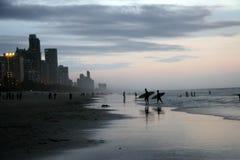 Personas que practica surf paraíso, Australia fotos de archivo libres de regalías