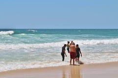 Personas que practica surf paraíso, Australia Imagen de archivo libre de regalías
