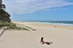 Personas que practica surf paraíso, Australia Imagen de archivo