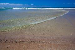 Personas que practica surf paraíso, Gold Coast Imágenes de archivo libres de regalías