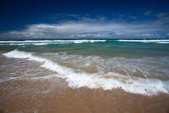 Personas que practica surf paraíso, Gold Coast Fotos de archivo