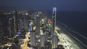 PERSONAS QUE PRACTICA SURF PARADISE, AUSTRALIA DICIEMBRE, 4, 2016: opinión de la noche al norte del paraíso de las personas que p metrajes