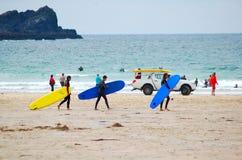 Personas que practica surf, playa de Fistral Imagen de archivo libre de regalías