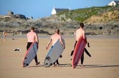 Personas que practica surf, playa de Fistral Foto de archivo libre de regalías