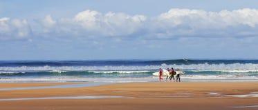 Personas que practica surf que buscan para el mejor punto Fotografía de archivo libre de regalías