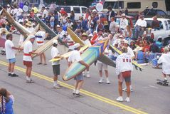 Personas que practica surf que marchan en desfile del 4 de julio, Cayucos, California Foto de archivo libre de regalías