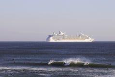 Personas que practica surf y barco de cruceros en el horizonte Imágenes de archivo libres de regalías