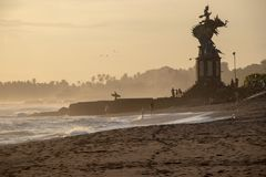 Personas que practica surf y gente en Echo Beach en Canggu Bali Indonesia en sol imagen de archivo libre de regalías