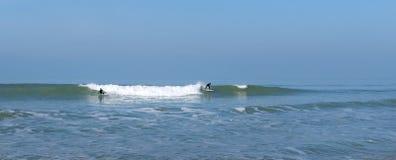 Personas que practica surf y ondas en la playa de Lacanau Imagen de archivo