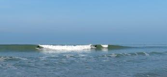 Personas que practica surf y ondas en la playa de Lacanau Imagen de archivo libre de regalías