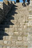 Personas que suben para arriba las escaleras imagen de archivo