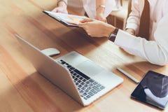 Personas que trabajan junto Escritorios y ordenadores modernos del lugar de trabajo fotos de archivo