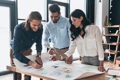 Personas que trabajan junto Grupo de hombres de negocios confiados jovenes Imagen de archivo libre de regalías