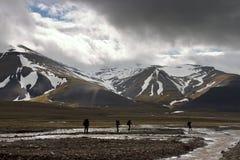 Personas que viajan a través de tundra ártica Imagenes de archivo