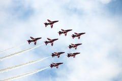 Personas rojas de la visualización de la Royal Air Force de las flechas Fotos de archivo