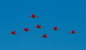 Personas rojas de la visualización de las flechas Fotos de archivo libres de regalías