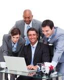 Personas unidas del asunto que trabajan en un ordenador Imagenes de archivo