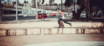 Personbanhoppning med skateboarden royaltyfri bild