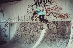 Personbanhoppning med skateboardgatan fotografering för bildbyråer
