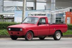Personbilen den mini- Mazda familjen väljer upp lastbilen Arkivbild