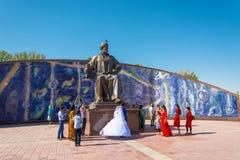 Persone appena sposate al monumento a Ulugbek dal 19 agosto 2016 in Samar Immagini Stock Libere da Diritti