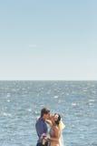 Persone appena sposate che abbracciano e che baciano Fotografie Stock Libere da Diritti