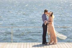 Persone appena sposate che abbracciano e che baciano Immagini Stock