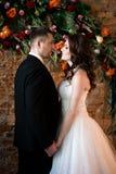 Persone appena sposate che stanno molto attentamente guardanti felicemente fotografia stock libera da diritti