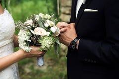 Persone appena sposate che stanno vicine immagini stock libere da diritti