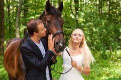 Persone appena sposate felici immagini stock libere da diritti