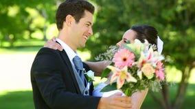 Persone appena sposate felici che ballano nel parco video d archivio