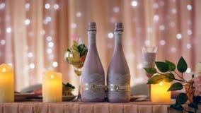 Persone appena sposate meravigliosamente decorate della tavola closeup stock footage