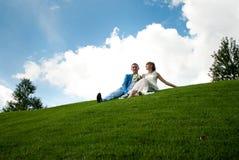 Persone appena sposate su un prato inglese verde di fondo il cielo Fotografie Stock