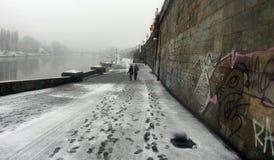 Persone che camminano nella neve fotografia stock libera da diritti