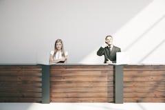 Persone di affari alla reception Immagini Stock Libere da Diritti
