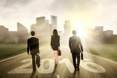 Persone di affari che camminano sulla strada con i numeri 2016 Fotografia Stock
