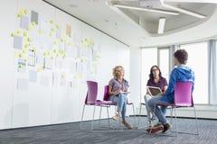 Persone di affari che discutono nello spazio ufficio creativo fotografia stock