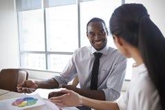 Persone di affari che lavorano insieme al computer portatile in sala del consiglio immagine stock libera da diritti