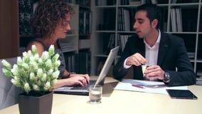 Persone di affari che lavorano insieme alla tavola in ufficio stock footage