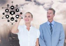 Persone di affari che per mezzo dello schermo digitale con l'icona digitalmente generata immagine stock