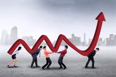 Persone di affari che portano grafico finanziario Immagini Stock Libere da Diritti